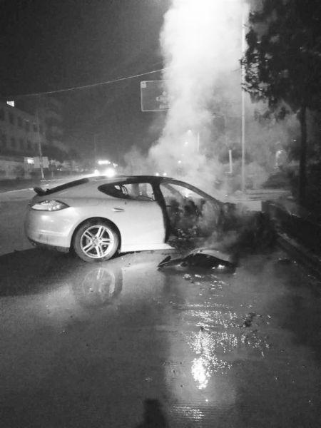 海口一保时捷跑车凌晨发生车祸起火 车上3人受伤