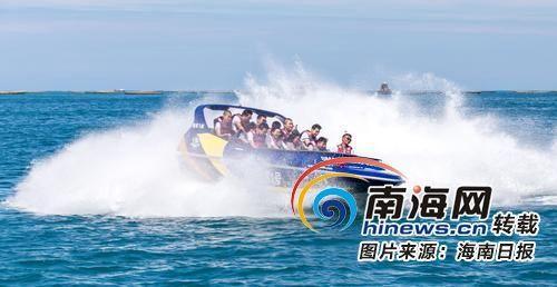 7月28日,游客在三亚西岛景区体验水上项目,畅享清凉假期. 武威 摄