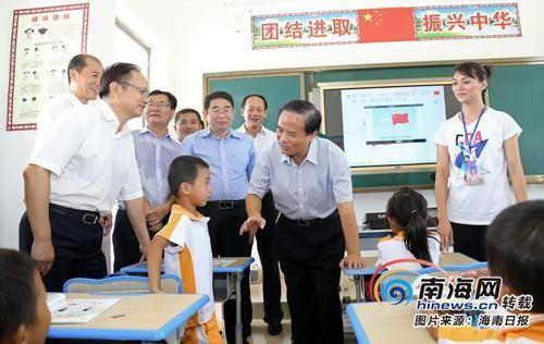 九月八日,省委书记刘赐贵来到定安县龙门镇红花岭学校,看望慰问正在教学的老师,与师生互动并了解乡村教学情况。海南日报记者 李英挺 摄