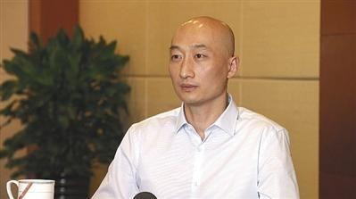 获无罪释放的曲龙接受记者采访时表示,要通过司法手段让郭文贵受到应有惩罚。  受访者供图