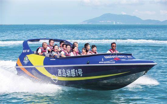 游客在三亚西岛景区体验水上项目. 记者 武威 摄