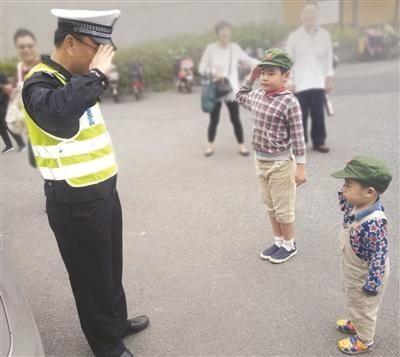 两男童戴军帽敬礼致谢:外婆走丢交警帮照看孩子