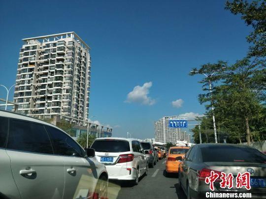 三亚街头车流量加大。 王晓斌 摄