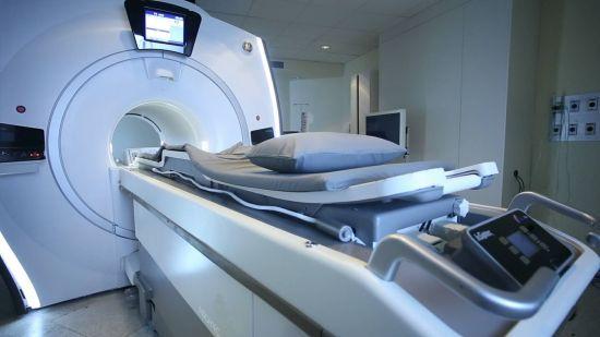 中新网海南新闻3月30日电 (记者 张茜翼)3月30日,海南首台磁波刀在海南省肿瘤医院正式投入使用。此项技术开启了海南子宫肌瘤、子宫腺肌瘤无创治疗的先河。   据介绍,磁波刀全称磁共振引导聚焦超声治疗系统(MRgFUS),是一种无创的门诊治疗方法,它采用高强度的聚焦超声破坏目标组织,而且不影响靶组织周围的其他组织。该方法通过磁共振(MRI)扫描仪进行,它不仅能帮助医师看见身体的内部,而且可以精准监测治疗温度,指导并连续地监控治疗的进行。磁波治疗全球使用经验长达10年以上,临床应用和患者随访证