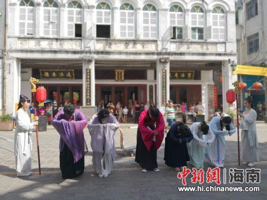 巡村学古工作坊的成员身着汉服进行祭祀