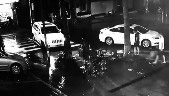 越野车将两名男子撞飞瞬间(监控翻拍)