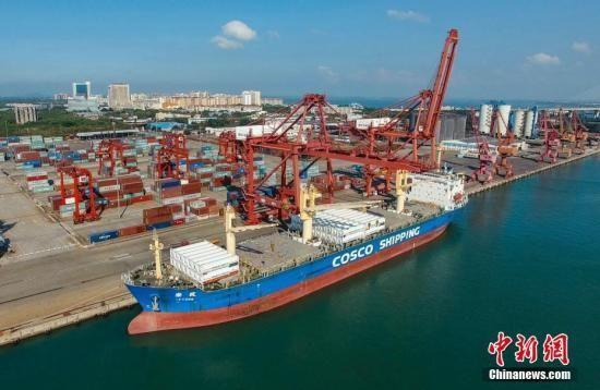 海南洋浦港吊装LNG罐箱上船。 骆云飞 摄