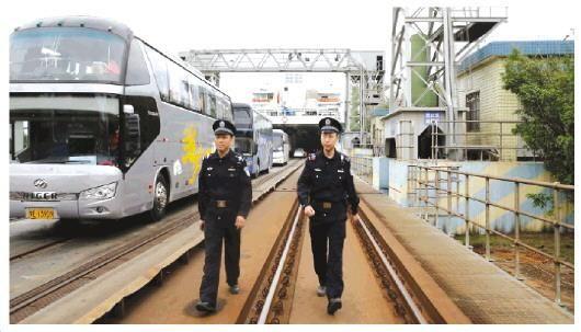 图为火车轮渡南港派出所副所长张晓(左)与民警戈丹巡逻轮渡码头。 张新新 摄