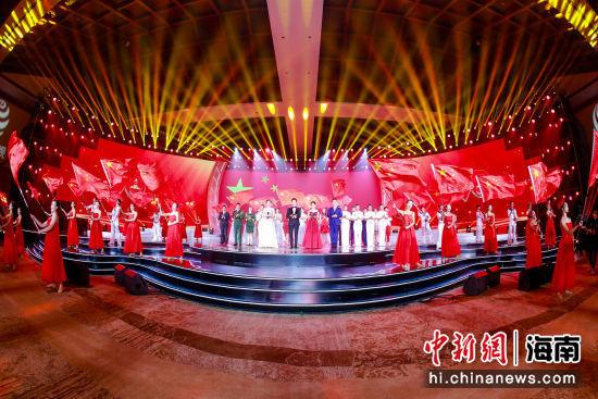 """""""我向新中国献首诗""""正规bet356_bet356体育投注在线6_bet356亚洲版朗诵音乐会三亚举行。"""