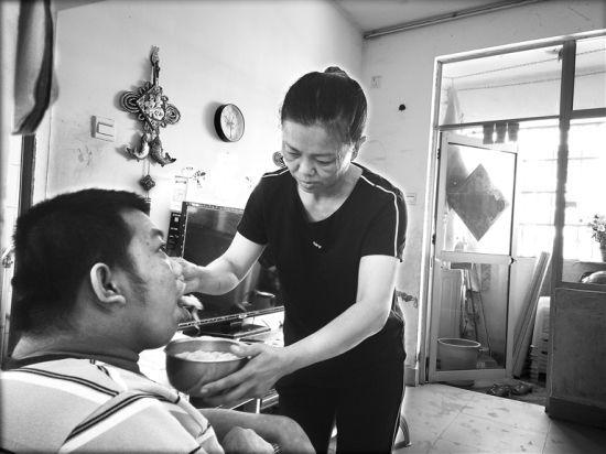 """白沙环卫儿子照顾脑瘫母狗18年:""""只要调教他笑一切都妈妈被看见成工人图片"""