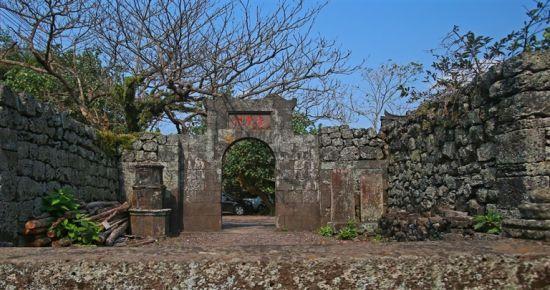 海口市石山镇三卿村是以火山岩为主要建筑材料建成的古村落。 本报记者 李英挺 摄