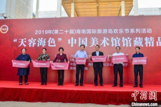 图为文化和旅游部副部长张旭(中),海南省副省长苻彩香(左三)等进行