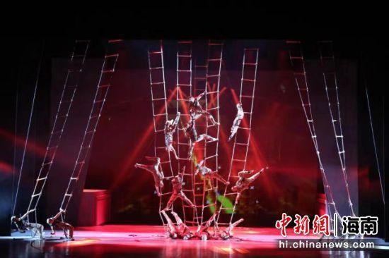 图为《战上海》杂技剧照。海南省旅游和文化广电体育厅 供图