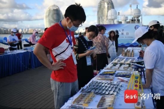 """市民在""""海上流动博物馆""""参观。记者 沙晓峰 摄"""
