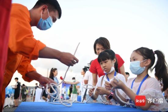 市民在体验绳结的打法。记者 沙晓峰 摄