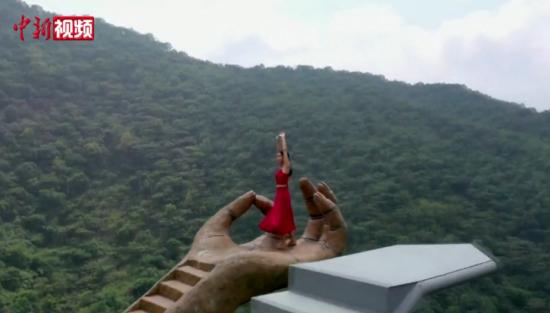 景区百米悬崖伸出通天神掌