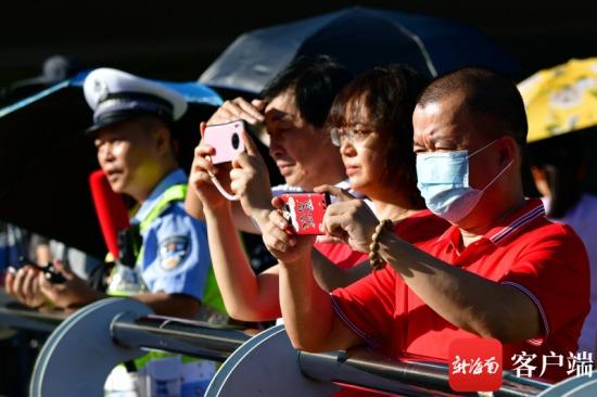海南高考第一天,在考场外陪考的家长。记者 陈卫东 摄