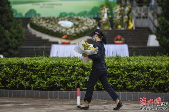 清明期间,在颜春岭安乐园,大部分市民自觉选择敬献鲜花、摆放供品等绿色祭扫方式。王程龙 摄