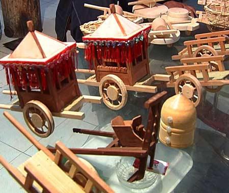 当地村民介绍,卖这些木旋玩具,一年能卖五六十万元