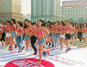 12日上午,上百名美女穿着内衣在长沙贺龙体育场进行公益健康跑活动.