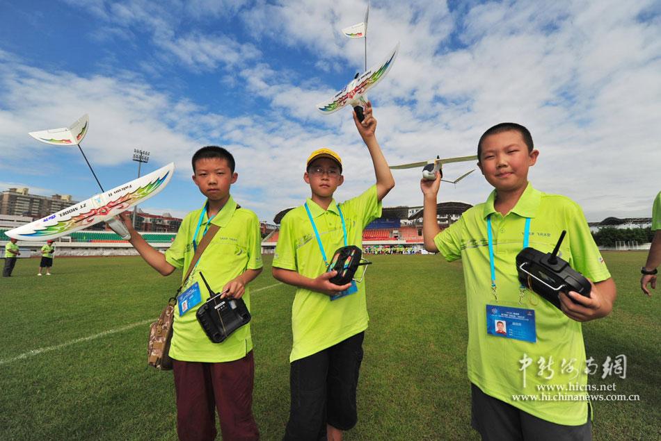 中新海南网8月9日电 (骆云飞)9日上午,第十四届飞向北京飞向太空全国青少年航空航天模型教育竞赛总决赛在海南省海口市举行。本届航模比赛共有来自全国各地近1000名小选手参加比赛。小选手们将参加山鹰遥控滑翔机定点赛、天戈遥控直升机赛、橡筋动力直升机赛、火箭助推滑翔机竞时赛、弹射飞机竞时赛、仿真纸飞机直线距离赛、手掷飞机直线距离赛等20余项比赛。飞北赛是全国青少年航模爱好者演绎精彩飞行、放飞科技创新梦想的一次航模盛会。 [上一页] [1] [2] [3] [4] [5] [6]