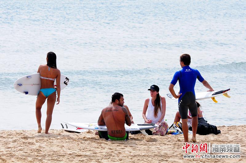 漂亮的一道风景线 万宁冲浪节比基尼美女现身沙滩