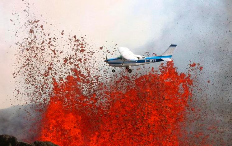 小型飞机惊魂穿越喷发火山口