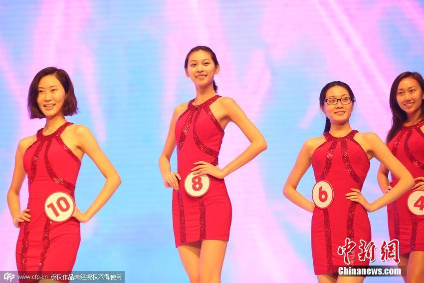 近日,2015环球小姐中国区总决赛彩排举行。期间,来自全国各地的14位候选佳丽纷纷素颜亮相,大秀身材、比拼颜值,肩扛五彩缤纷的中国风巨屏苦演内衣秀。现场,多位满脸红痘戴眼镜学生妹抢镜,更有一位佳丽上台匆忙美臀误粘白胶条,一路走秀显尴尬。图片来源:CFP视觉中国 [1] [2] [3] [4]