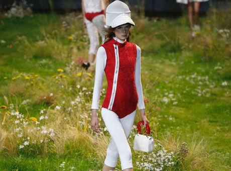 巴黎时装周 模特行走于鲜花草地之间