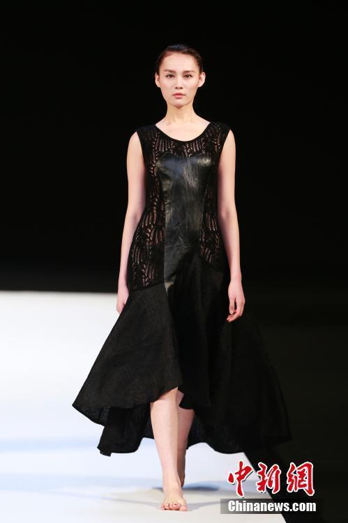 中国国际时装周 模特t台赤脚走秀(5)