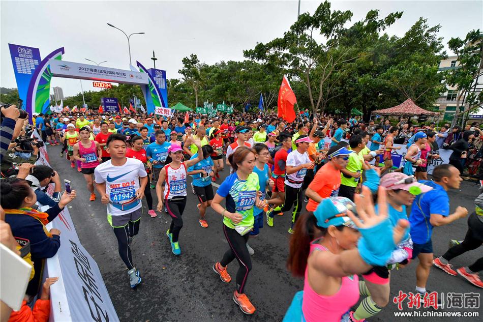 图为2017海南(三亚)国际马拉松赛在三亚鸣枪开跑,来自各地的2万名