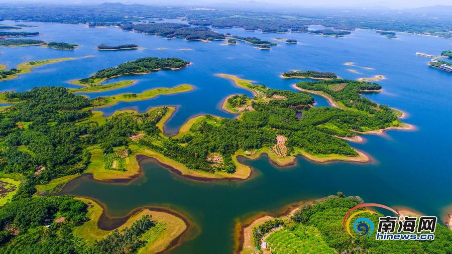 海南南丽湖国家湿地公园以湖泊和湖滨浅滩湿地为主,兼有河流、河漫滩涂等地貌,湿地生境类型多样,动植物资源丰富,区域特色显著。公园经过长期演变,逐渐形成中国热带地区的大型近自然淡水湖泊。湖水环抱大小岛屿十六座,半岛七十余个,湖岸绵延一百三十八公里,形成湖中有岛,岛中有湖,半岛纵横其间的自然景观。蓝天白云下,经过生态保护修复的南丽湖绿意盎然,泛舟其中美景如画。(海报集团全媒体中心记者张茂文/图) [上一页] [1] [2] [3] [4] [5] [6] [7]