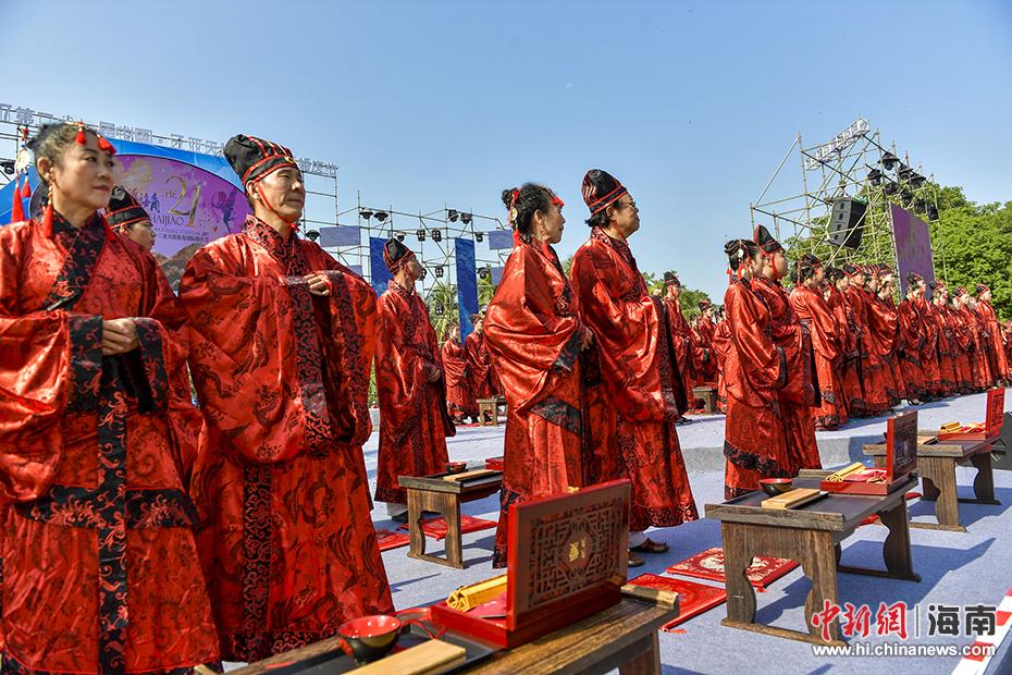 图为传统汉式婚礼秀在三亚天涯海角景区举行.骆云飞摄