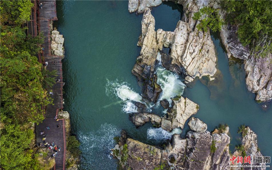 图为航拍海南呀诺达热带雨林景区,鸟瞰壮美山水,广袤雨林.骆云飞摄