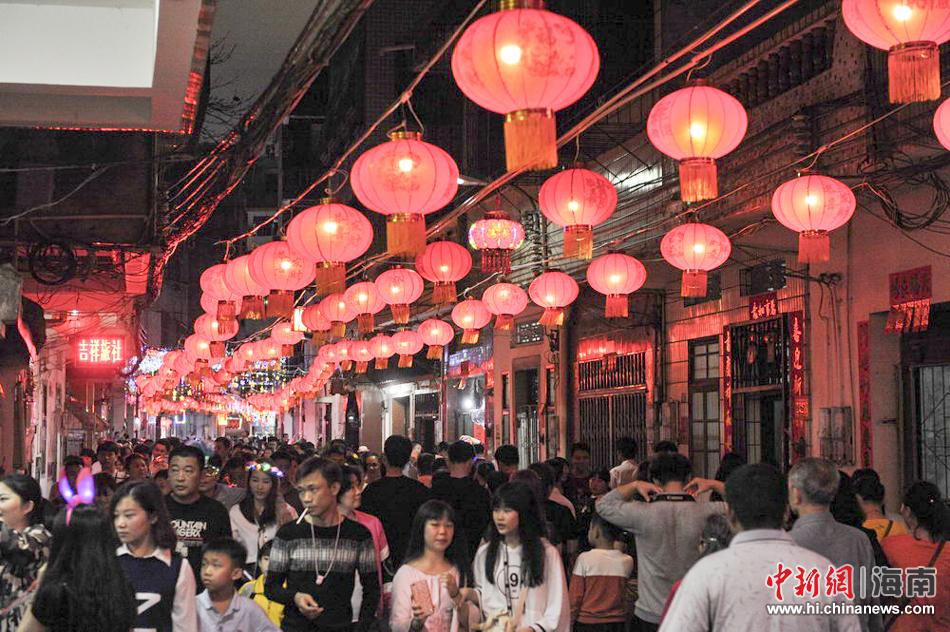 正月十五月圆之夜,海口市府城花灯簇,人如潮,超过40万市民和游客