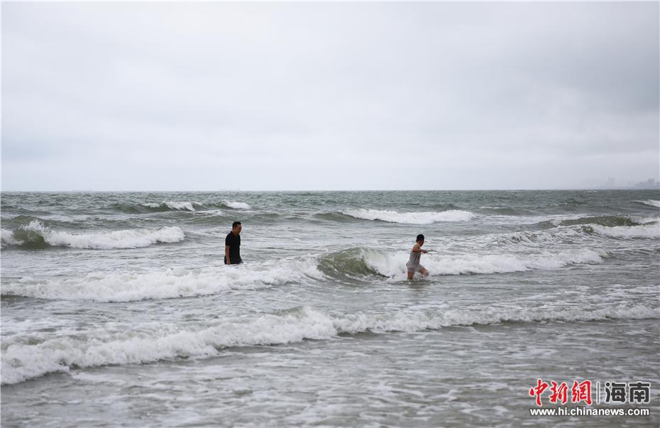 """台风山神""""横穿""""海南 游客不惧风雨三亚海边嬉水(6)"""