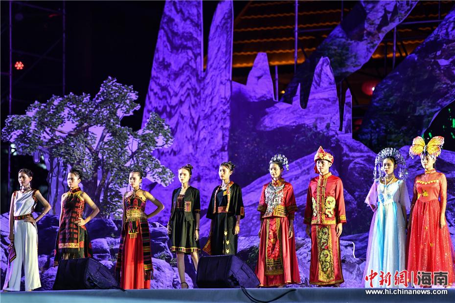 ——图片正文  8月17日晚,在海南保亭举行的2018年海南七仙温泉嬉水节