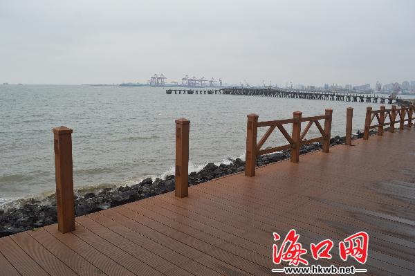 2月13日,市民刘先生反映,西秀海滩观海长廊的木制栏杆多处破损或断裂,存在很大的安全隐患,希望相关部门能及时修复。   刘先生反映的这个观海长廊约500米长,里面有几个亭子。因为中间有7、8处木制栏杆丢失、断裂或破损,行人一不小心就有可能从栏杆断裂处滑到海边的岩石上,存在安全隐患。还有人在缺损护栏处拉起了布条,并用小纸条写着危险,请勿靠近,以警示市民和游客。   在此锻炼身体的梁先生介绍,这些护栏经常坏,但过不久就会有人过来修,可修好不久又被人破坏了。李先生表示,两个月了,他每天都在这里锻炼身体,可