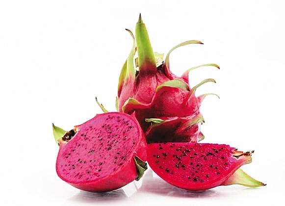 在海南,有一种水果有着红红火火姿态,味美之余透出一份吉祥,被人称为吉祥果。它,便是火龙果。来海南游玩,怎能不吃一下本土产的火龙果、不带点火龙果回去当手信呢?   宝岛出品味美火龙果   火龙果又称红龙果、青龙果、仙蜜果、玉龙果,清甜可口、生津解渴。按果肉色泽,可以分为红心、黄心和白心,其中红心火龙果尤为贵。   原产于巴西、墨西哥等中美洲热带沙漠地区的火龙果,是一种典型的热带植物。其由南洋引入台湾,再由台湾改良引进到海南及广西、广东等地栽培。它光洁而巨大的花朵绽放时,飘香四溢,盆栽观赏更使人有吉