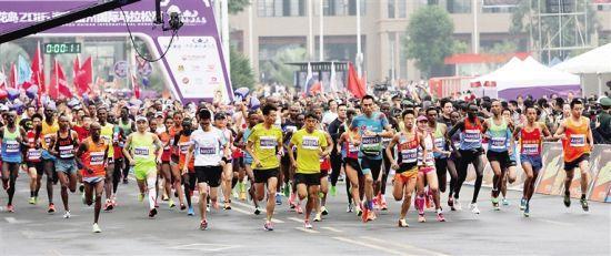 2016海南儋州国际马拉松赛,选手在奔跑. 舒晓 吴文生 摄