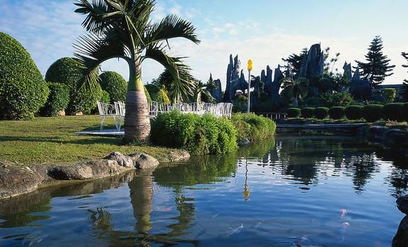 金牛岭公园位于海口市中心城区海秀大道中段,宛如一块碧绿的翡翠镶嵌在海口市中心市区,海拔36米,总占地面积100多公顷,公园分两大部分,即园林式的热带植物园和动物园。虽称为公园,但以面积规模计,完全可以称之为大型园林。 内有金牛湖,综合性动物园、白鸽园、蝴蝶、竹园、槟榔园、菠萝蜜园、热带亚热带果园、花卉园、烈士陵园、健身广场,占地面积绿化率达96%,属海口市具有九园一湖一场的大型园林景。一年四季,园里树木苍翠,花果飘香,蜂飞蝶舞,鸟歌猿啼,鸽群翔空景色秀丽而独竺,是览景猎趣的好去处。   公园入口就在