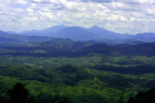 黎母山国家森林公园位于琼中县境内西北部,山岭高大浑厚,山势险峻