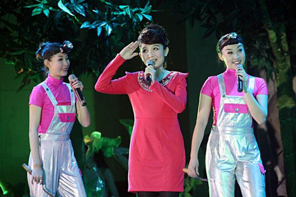 歌舞:《割胶姑娘》,演唱:吴晓云;表演:海口市艺术团,海南华侨中学