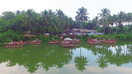 图为游客在海口世外桃源休闲农庄湖畔垂钓