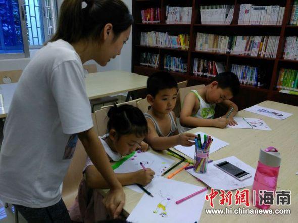 小朋友们认真的跟着志愿者老师由简到难的折风车,千纸鹤和郁金香.