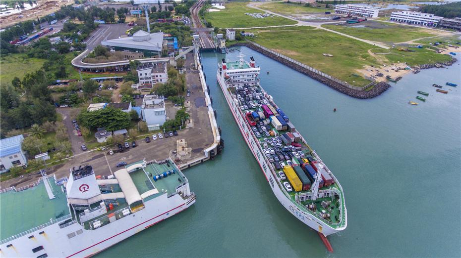 航拍海南粤海铁路南港码头:火车乘渡轮过海上岛第一站