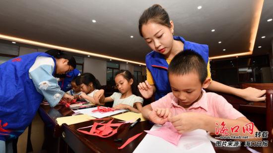 海口演东村开展特色志愿服务活动受居民欢迎